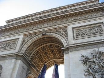 写真:凱旋門を見上げた様子
