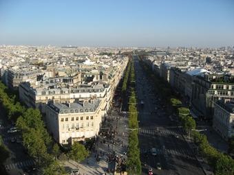写真:凱旋門の上から大通りを見渡します