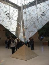 写真:ルーブル美術館のピラミッド