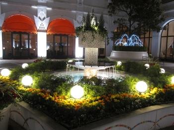 夜の中庭(クリックで拡大)